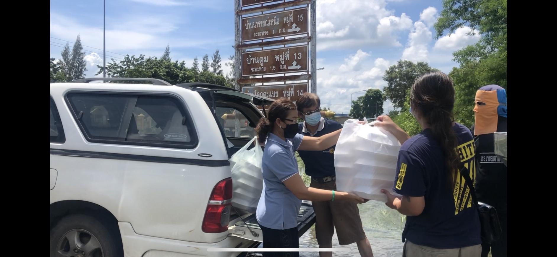 สโมสรโรตารีครบุรีโคราชวมบริจาคข้าวกล่อง ขนม น้ำดื่ม เพื่อช่วยเหลือผู้ประสบภัยน้ำท่วม