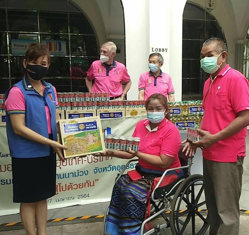 สโมสรโรตารีหมากแข้งมอบเครื่องอุปโภค บริโภค แก่คนพิการ ในช่วงการระบาดของโควิด19