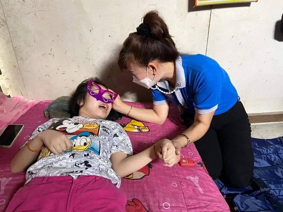 สโมสรโรตารีหมากแข้งมอบที่นอนลมและเครื่องอุปโภค บริโภค ให้ผู้พิการทางการเคลื่อนไหว
