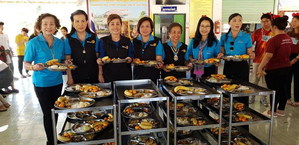 สโมสรโรตารีระยองทำกิจกรรมเลี้ยงอาหารคนชราในโอกาศปีใหม่