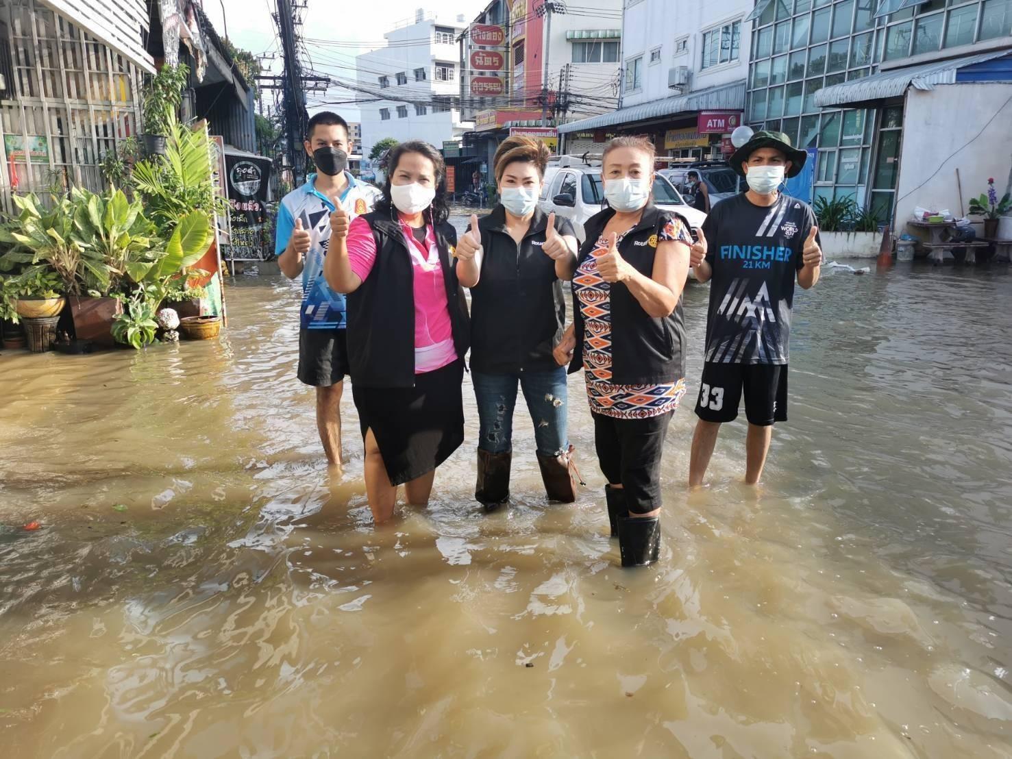 สโมสรโรตารีท่านท้าวสุรนารีลงพื้นที่แบ่งเบาบรรเทาทุกข์ ประชาชนผู้ประสบภัยน้ำท่วม